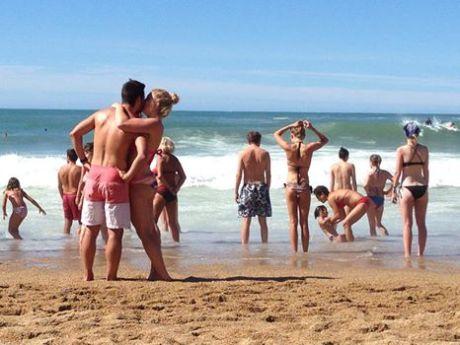El beso en la playa de Biarritz Francia